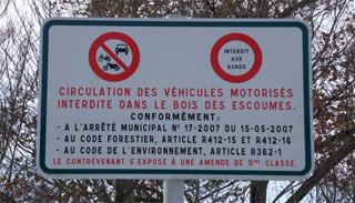 Panneau d'interdiction de circulation pour les véhicules motorisés au bois des Escoumes